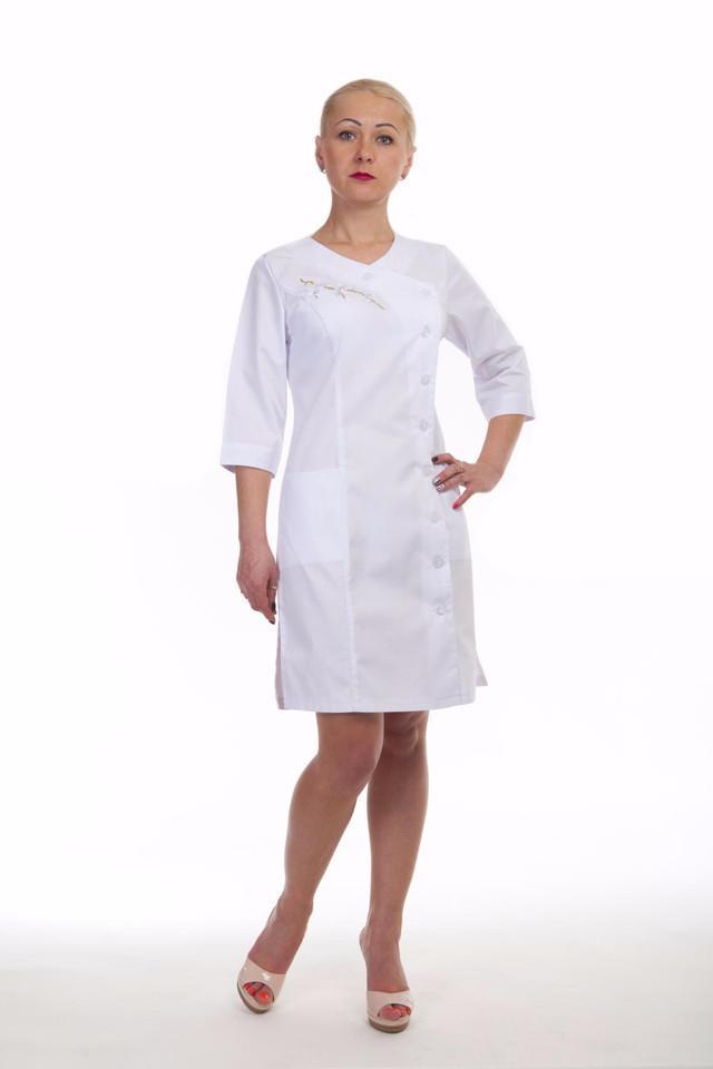 Практичный женский медицинский халат белого цвета