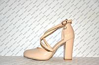 Босоножки лаковые на небольшом толстом устойчивом каблуке бежевые с переплетом закрытый носок