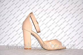 Босоножки бежевые лаковые на небольшом толстом устойчивом каблуке , фото 2