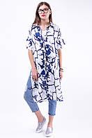Стильная удлиненная рубашка туника с асимметричным низом и разрезами по бокам, бело-синий принт