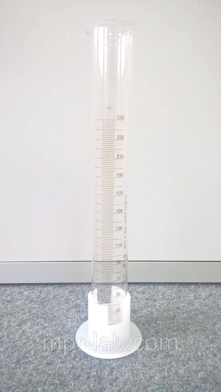Цилиндр мерный с носиком на пластиковом основании V-250 мл Кл. точности - II. ГОСТ 1770-74