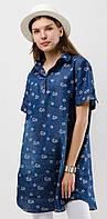 Женская удлиненная джинсовая рубашка прямого кроя в цветочный принт с коротким рукавом