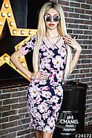 Пестрое платье-футляр в цветочный принт