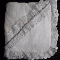 Оригинальная детская крыжма снежно-белого цвета с рюшами