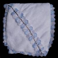 Качественная детская крыжма белого цвета с голубыми рюшами