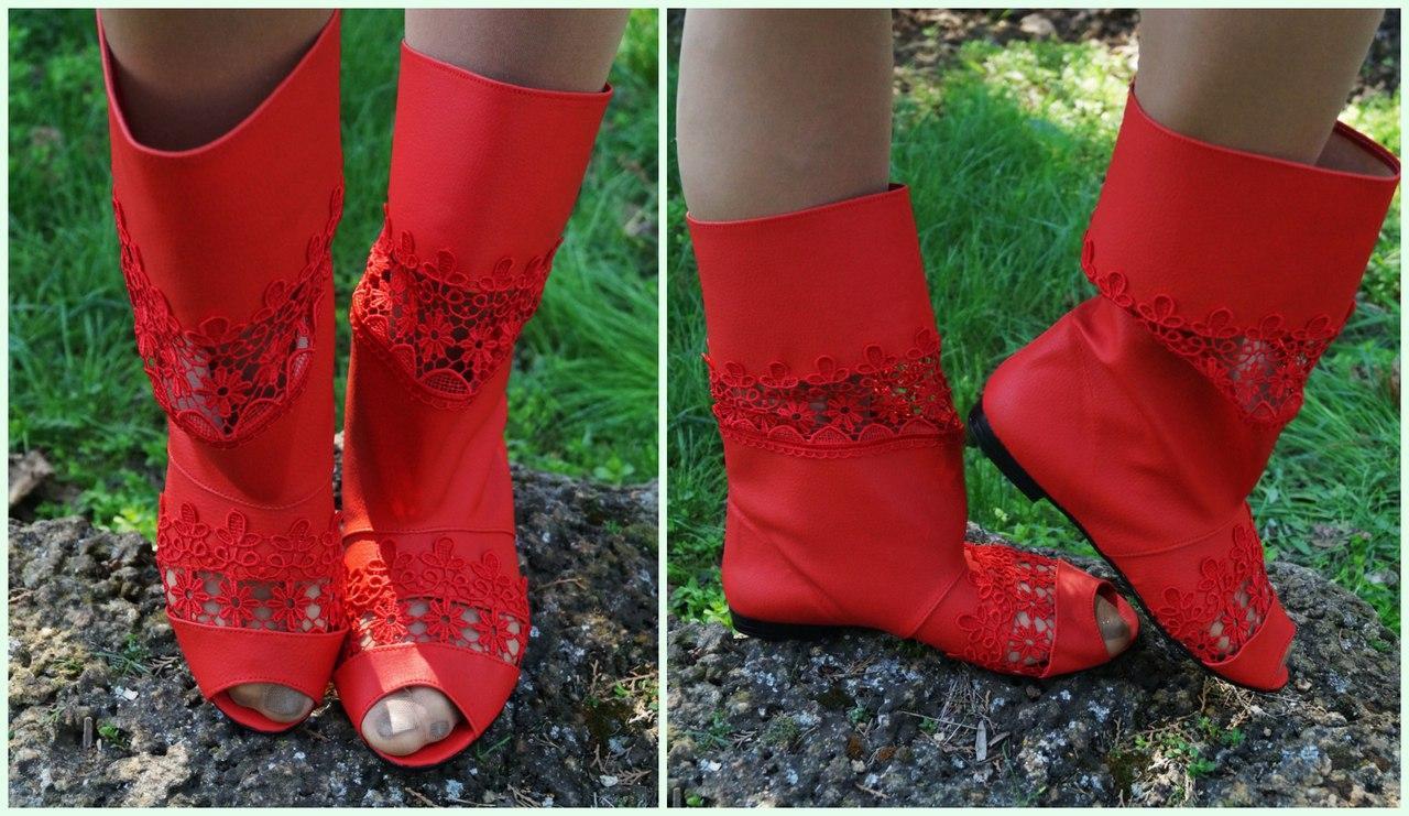 Стильные красные сапожки из эко-кожи с открытым носком