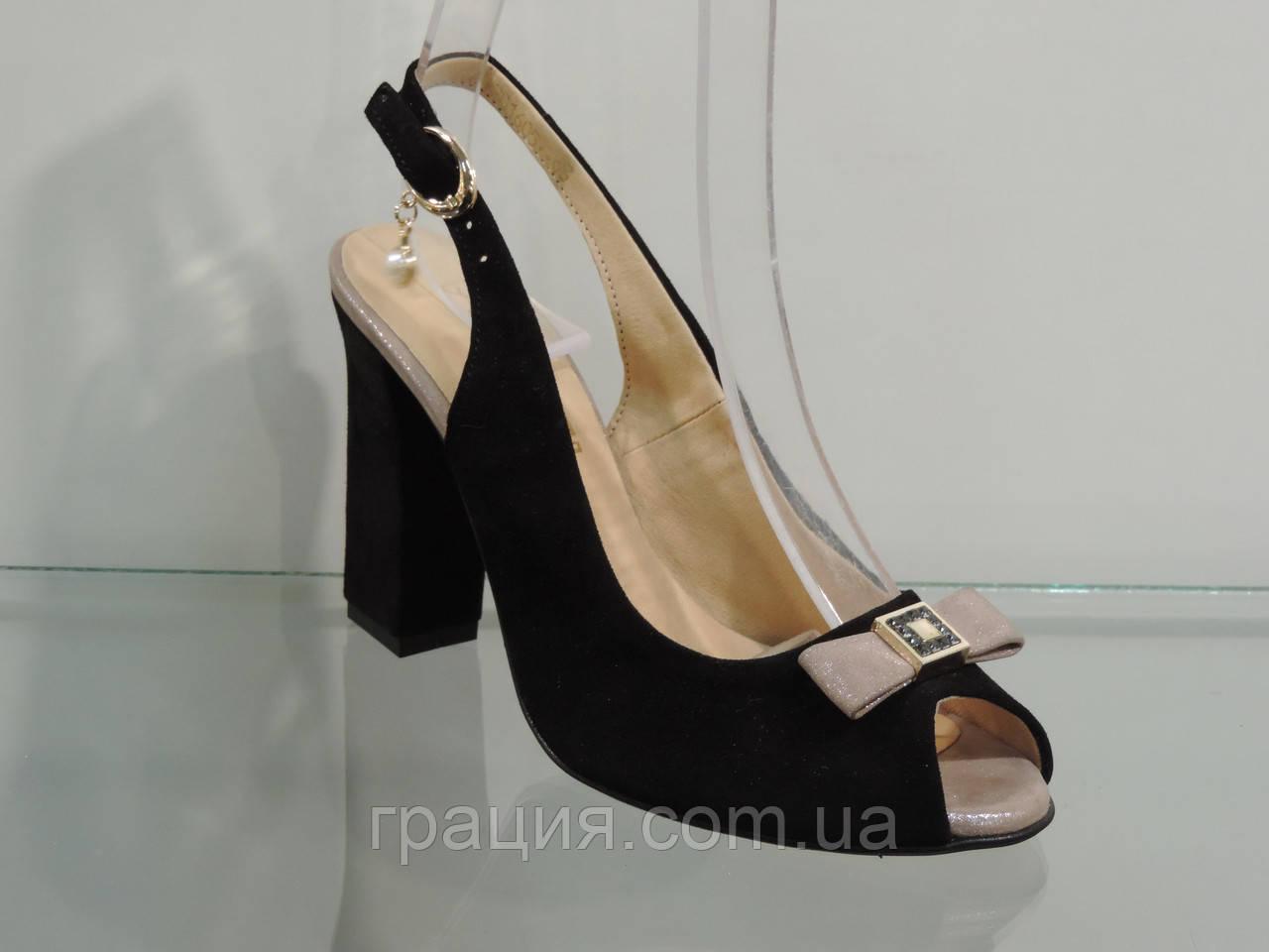 Замшевые красивые женские босоножки на каблуке