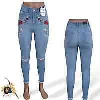 Джинсы женские Американка с вышивкой и прорехами на коленках Bark голубого цвета