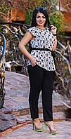Модный женский костюм с принтованной блузой под пояс и однотонными брюками штапель батал