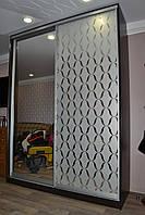 Шкаф-купе в спальной комнате с рисунком на зеркале под обои