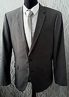 Костюм  приталенный серого цвета.Размер М