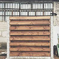 Деревянный забор с бетонными столбами