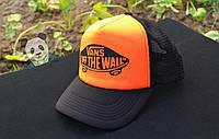 Яркая стильная кепка Vans off the wall