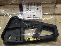 Кронштейн (опора , крепление) юбки (накладки) заднего бампера внизу посередине в центре GM 1406237 13317877 OPEL INSIGNIA ESTATE F35 (универсал,