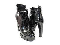 Лаковые черные ботинки на каблуке