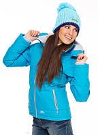 Выбор женских курток в спортивном магазине