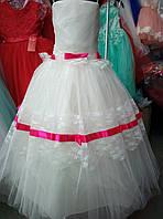 Белое платье с красными лентами на бретелях