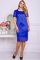 Синее атласное платье с кружевом