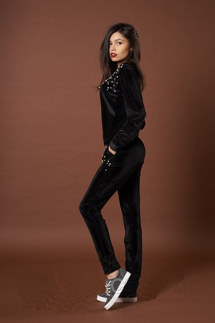 Женский велюровый спортивный костюм с жемчугом черного цвета