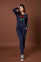 Стильный женский трикотажный костюм синего цвета с украшением, фото 1