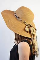Шляпа декорирована аккуратной ленточкой и украшен бантом