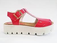 Женские модные лаковые коралловые сандалии на тракторной подошве In-Trend
