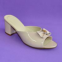 Сабо женские лаковые бежевые на устойчивом каблуке, декорированы бантиком и фурнитурой