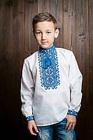 Вышитая рубашка белого цвета с синим орнаментом для мальчика