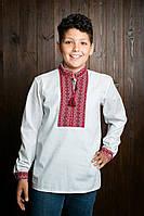 Детская рубашка украшена красивой вышивкою на груди и на манжетах