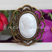 Камея в бронзовой оправе, белая 3х2,5 см