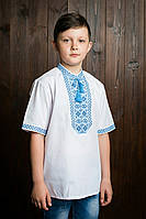 Белая вышиванка для мальчика на короткий рукав исполнена голубыми нитками