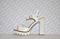 Босоножки на тракторной подошве и толстом каблуке женские стильные белые