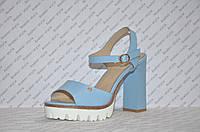 Босоножки на тракторной подошве и толстом каблуке женские стильные голубые