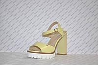 Босоножки на тракторной подошве и толстом каблуке женские стильные желтые