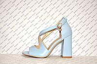 Босоножки на толстом каблуке стильные голубые с переплетом