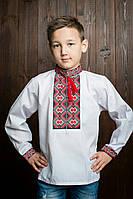 Красивая вышиванка для мальчика исполнена черно-красными нитками