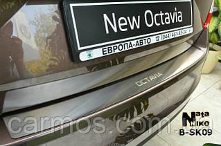 Накладка на задний бампер skoda octavia a7 (шкода октавия а7) с логотипом, с загибом. нерж.