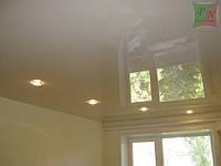 Одноуровневый натяжной потолок со светильниками