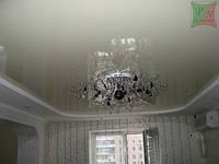 Двухуровневый потолок с люстрой