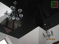 Черный глянцевый потолок с люстрами
