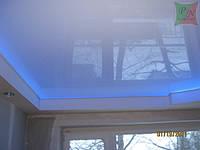 Глянцевый белый потолок с внутренней подсветкой