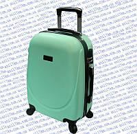 Средний пластиковый чемодан на четырёх колёсах