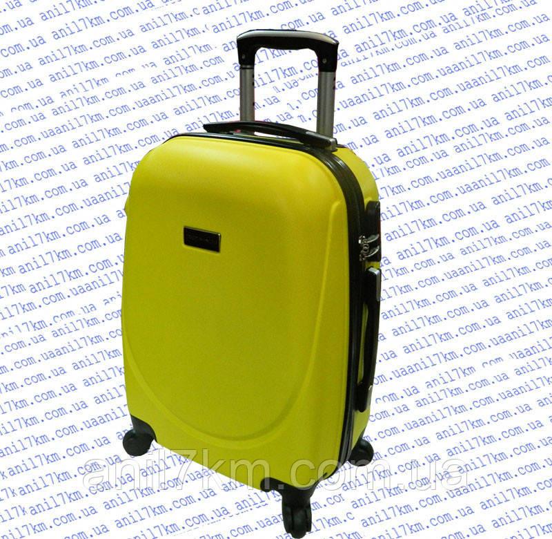 Середній пластиковий чемодан на чотирьох колесах