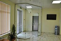 Стеклянные перегородки с маятниковыми дверьми