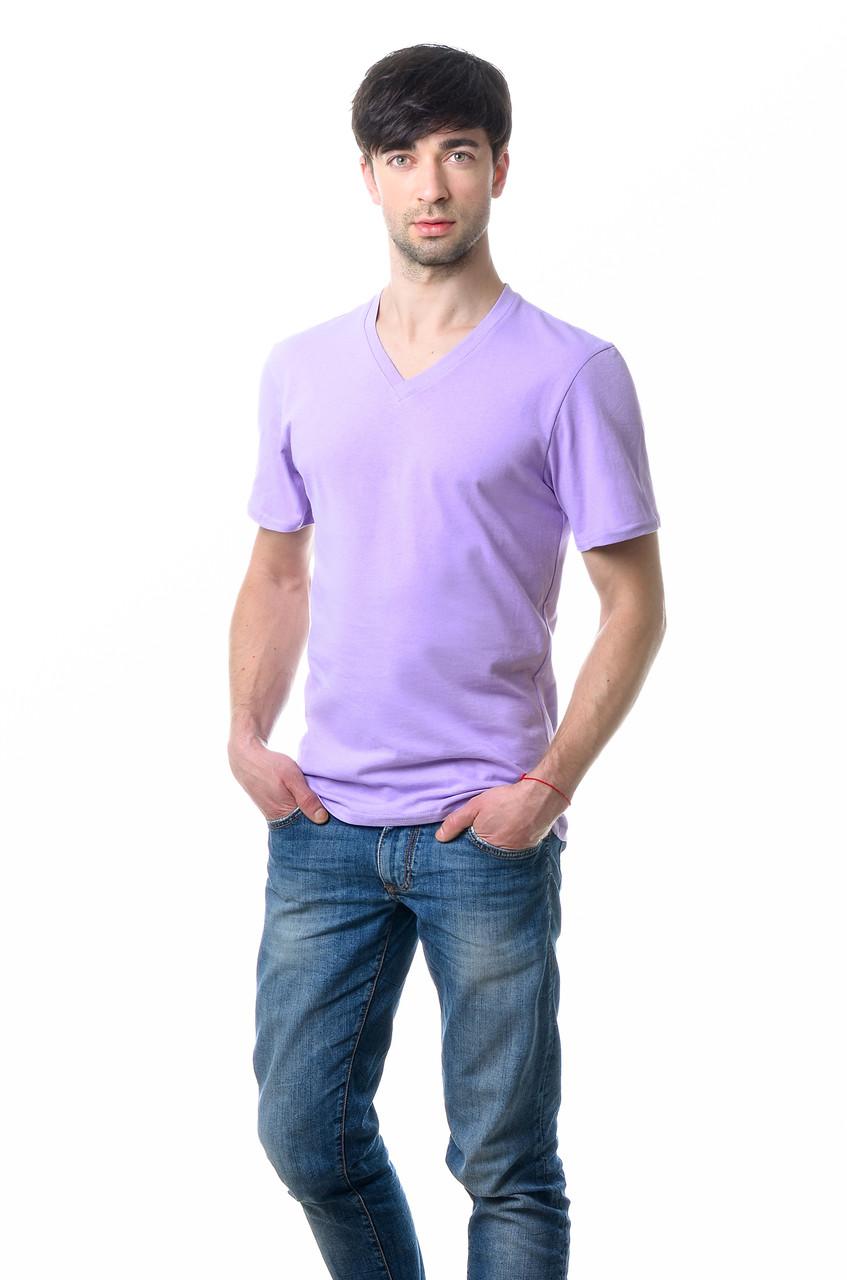 Якісна чоловіча футболка оригінального крою з V-подібним вирізом горловини бузкова