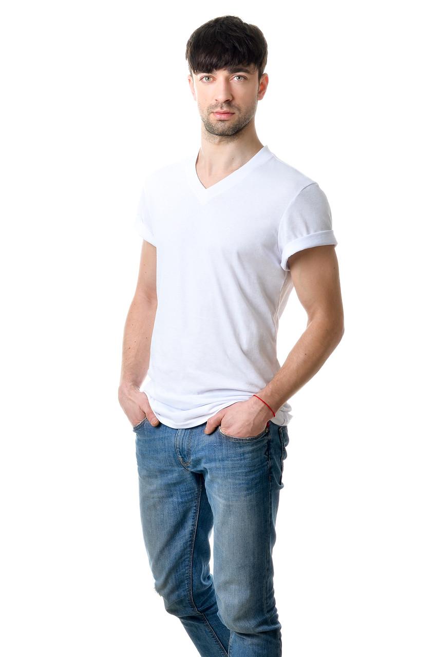 Якісна чоловіча футболка оригінального крою з V-подібним вирізом горловини біла