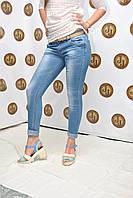 Женские джинсы зауженные с потертостями летние Ledy M
