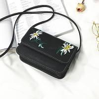 Маленькая женская сумка с вышивкой Цветы черная