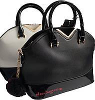 Женская сумка с меховым брелком