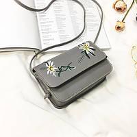 Маленькая женская сумка с вышивкой Цветы серая